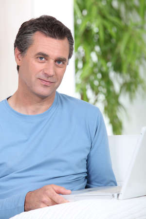 outwork: El hombre sentado a la mesa con el ordenador Foto de archivo