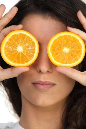 tonto: Ocultando sus ojos con naranjas