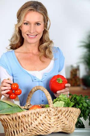 tomate: Le poivre et les tomates Wife tenant