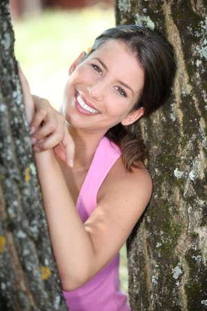 salud publica: una mujer deportiva entre dos árboles Foto de archivo