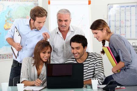 enseignants: Les �tudiants affichage de la vid�o � l'enseignant sur l'ordinateur portable