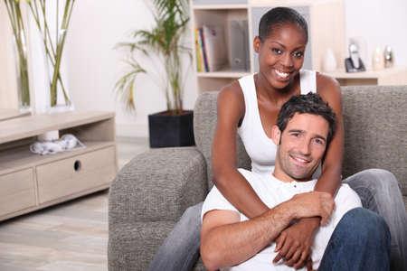 felice coppia mista a casa