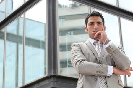business skeptical: Hombre de negocios dudosos