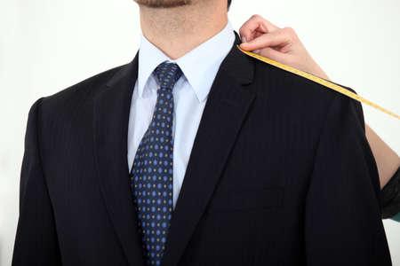 Zakenman wordt gemeten voor een pak
