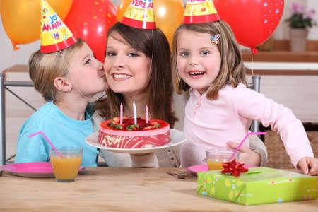 mujer hijos: Mam� y los ni�os con torta de cumplea�os