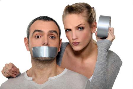 kokhalzen: Vrouw tape-up mans mond