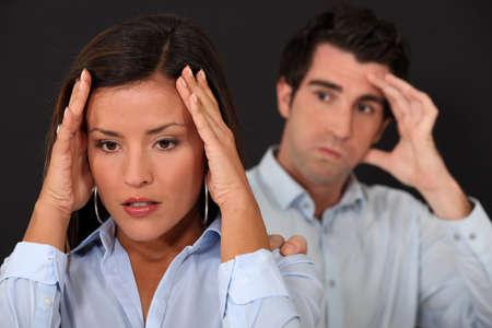 novios enojados: Pareja teniendo una discusi�n Foto de archivo