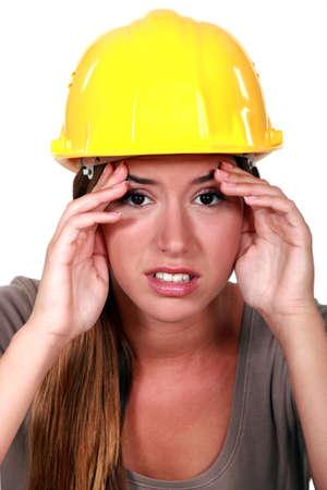 obrero: Trabajador de la construcción, con un dolor de cabeza