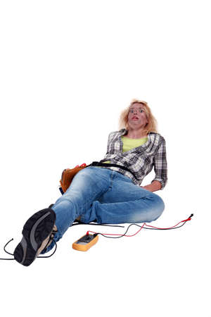 descarga electrica: Un electricista mujer sorprendida. Foto de archivo