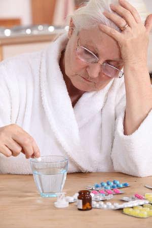 환자: 수석 여자가 그녀의 약을 복용 스톡 사진