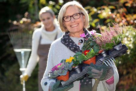 jardinero: Madre e hija de jardinería Foto de archivo