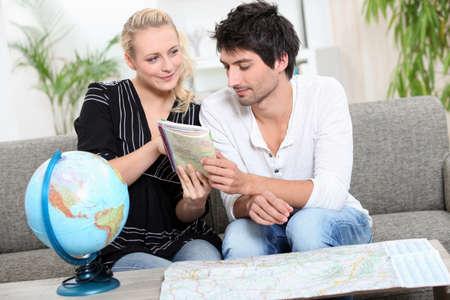 tour guide: Pareja de planificar unas vacaciones Foto de archivo
