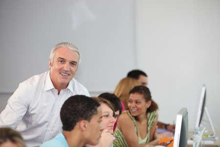estudiantes adultos: estudiantes y el profesor todo sonrisas