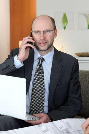 hombre calvo: Retrato de un arquitecto en su oficina
