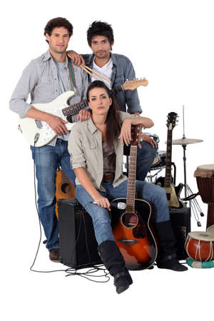drums: Una banda de rock posando con sus instrumentos