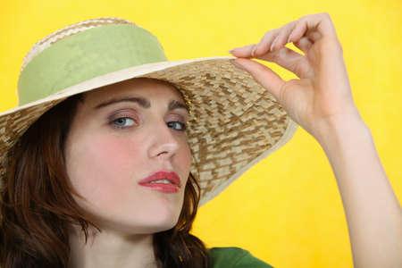 snobby: Donna che porta un cappello a tesa larga Archivio Fotografico