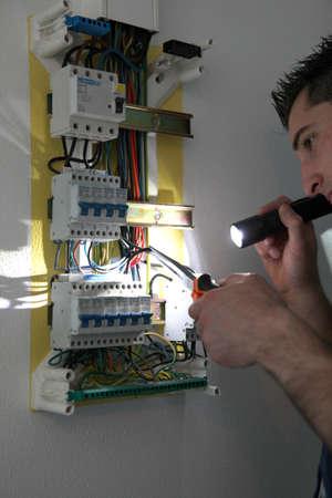 taschenlampe: Tradesman Festsetzung eines Leistungsschalters Lizenzfreie Bilder