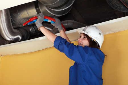 obrero: Fontanero Mujer en el trabajo. Foto de archivo
