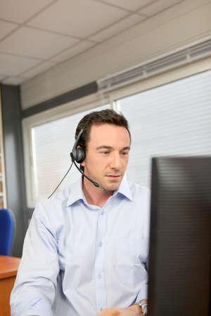 hands free phone: Oficina trabajador que use un kit manos libres port�til Foto de archivo