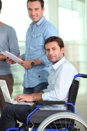 paraplegico: El hombre joven en silla de ruedas Foto de archivo