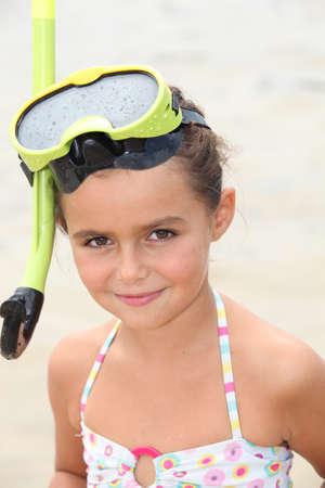 Kleine Mädchen tragen Schnorchel