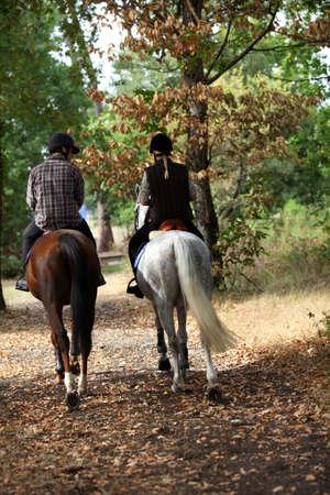 femme a cheval: Un couple sur une promenade � cheval.