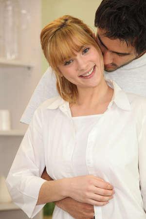 sexualidad: Pareja joven en un suave abrazo