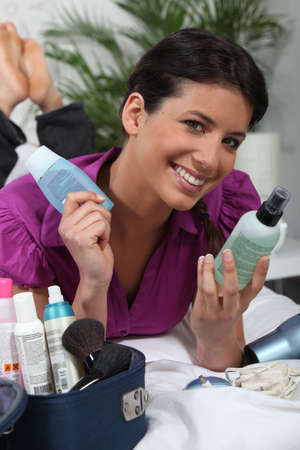 applicator: Brunette with cosmetics bag