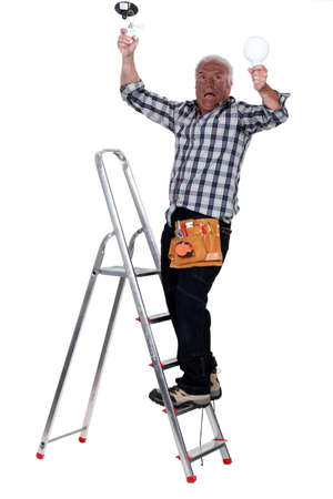 L'uomo ricevendo una scossa elettrica