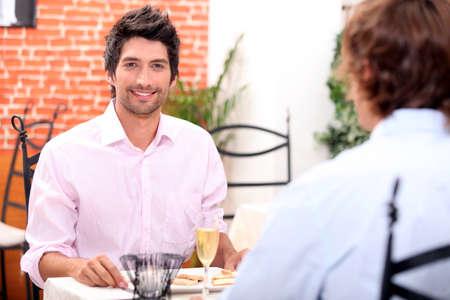 homosexual: Pareja masculina en el restaurante