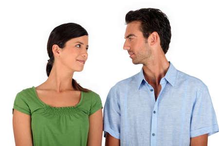 Pareja haciendo contacto con los ojos