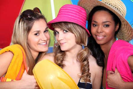 drie vriendinnen klaar voor het strand