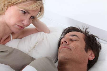 pareja durmiendo: Esposa viendo dormir marido Foto de archivo