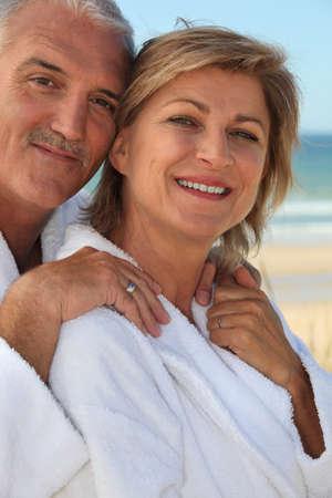 edad media: De mediana edad joven en la playa Foto de archivo