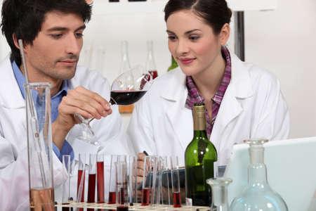 balanza de laboratorio: Pareja en un laboratorio del vino Foto de archivo