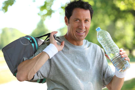 hombre viejo: Hombre de 50 a�os de beber al hombre despu�s de que �l hizo del deporte Foto de archivo