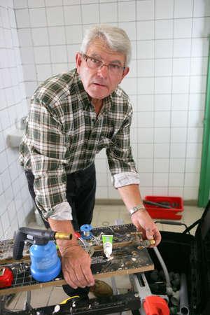 Idraulico lavorare in un bagno con doccia