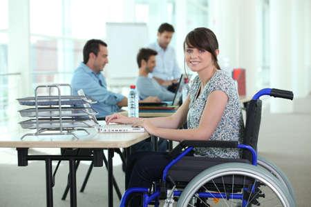 silla de ruedas: Mujer en silla de ruedas con ordenador port�til Foto de archivo