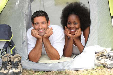 interracial marriage: coppia in una tenda Archivio Fotografico