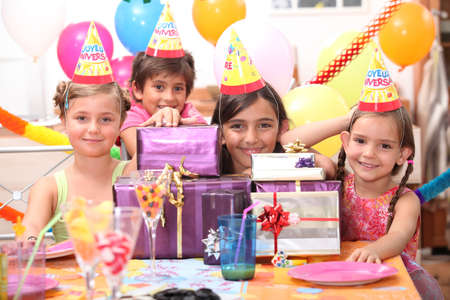 caras emociones: La fiesta de cumpleaños infantil Foto de archivo