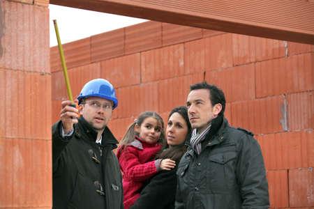 Arquitecto en el sitio con una familia joven