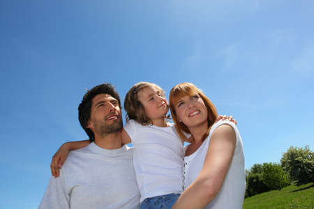 padres e hijos felices: Joven al aire libre de la familia en un día soleado Foto de archivo