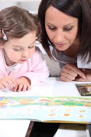 Madre e figlio guardando un libro