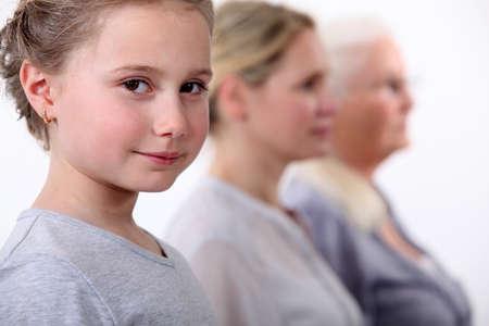 Petite fille avec la mère et la grand-mère debout en ligne Banque d'images