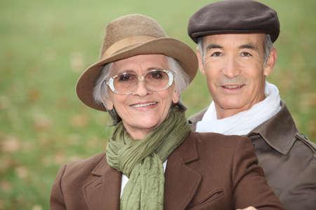 sciarpe: Coppia di anziani per una passeggiata in un pomeriggio di Domenica Archivio Fotografico
