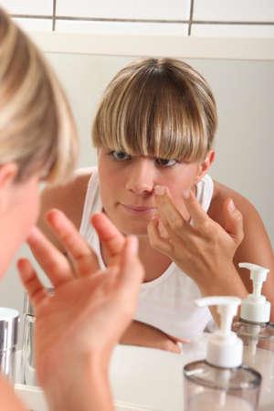 mujer maquillandose: retrato de una mujer de aplicar el maquillaje Foto de archivo