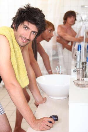 hombres gays: Los hombres jóvenes en el baño Foto de archivo