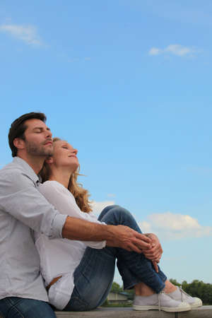 persona respirando: Pareja exterior