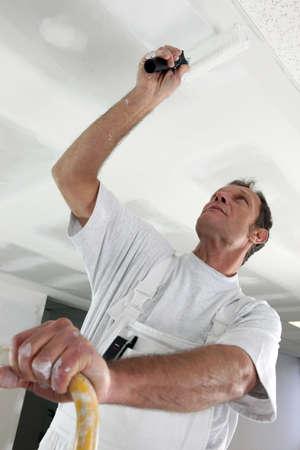peintre en b�timent: Peintre dans la salle en cours de construction Banque d'images