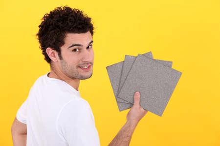 Man Holding tegels